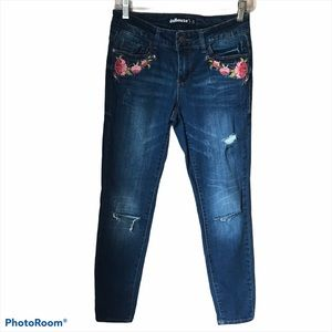 Dollhouse distressed embroidered Alexa Jeans. 5